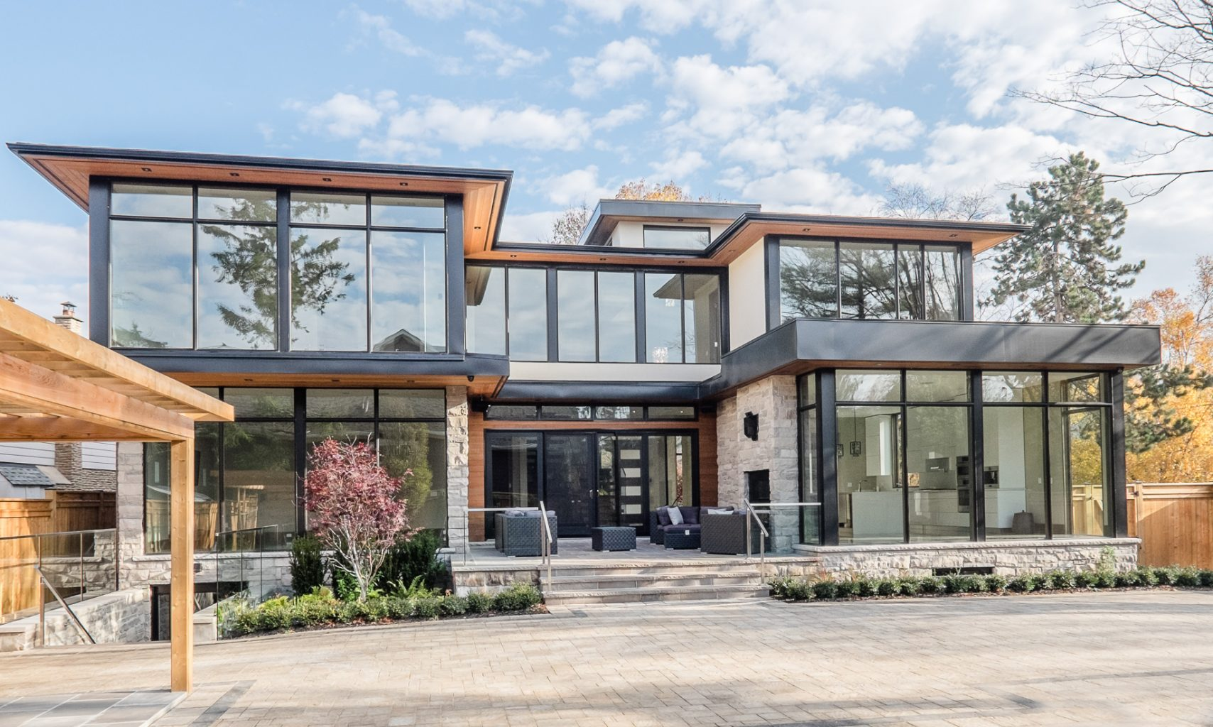 oakville-detached-home-with-glass-railings-05