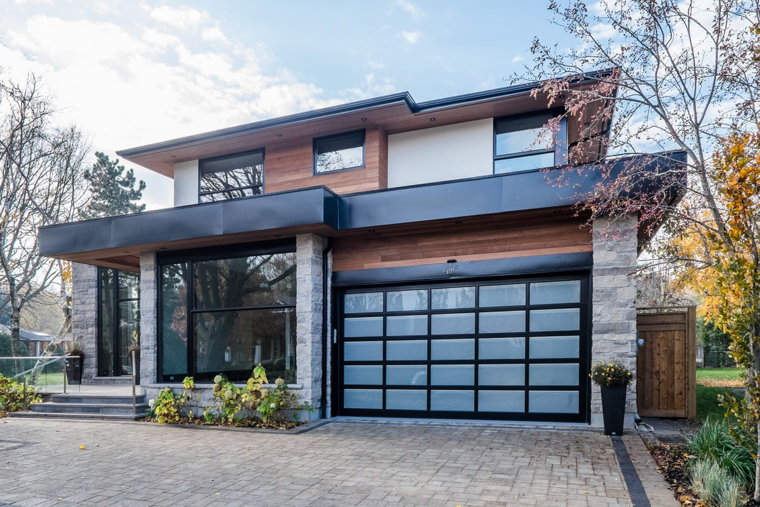 oakville-detached-home-with-glass-railings-01